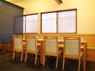 さくら川_みんなにやさしい個室風の椅子席も完備