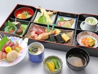 寿司・一品料理 日本泉_女性に人気の松花堂弁当は男性にもオススメ