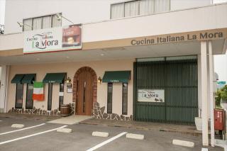 Cucina Italiana La Mora_イタリアの国旗と木の扉が目印