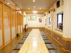 少人数から最大30名まで対応する座敷|ゆったりとした雰囲気の小上がりの座敷は30名までの宴会に対応できる...
