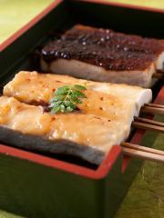 創業当時からの味を守る田楽は、豆腐、いも(各520円)、つぶ貝(550円)の3種類。八丁味噌と白味噌が片面ず...