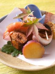 会席料理の前菜の一例。季節の食材を使った前菜は、彩りも鮮やかで、目でも楽しませてくれる。窓の外に広が...