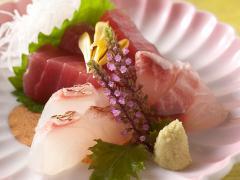 会席料理のお造りの一例。その日市場に入った魚のなかから良い物を選んで使うので、季節や仕入れによってメ...