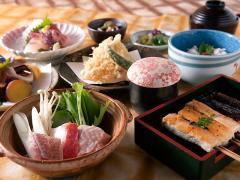 会席コース(5,500円)の一例。名物の豆腐田楽や菜飯をはじめ全9品。個室での料理は、ほかに秋~冬の鍋料理の...