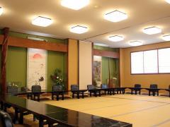 床の間のある落ち着いた雰囲気の大広間は、50名までの宴会に対応できる。季節の日本料理や、名物の豆腐田楽...
