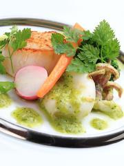 オードブル一例|オードブルの一例。帆立とヤリイカのポワレ、ブルゴーニュバターソース。旬の食材と高級食...