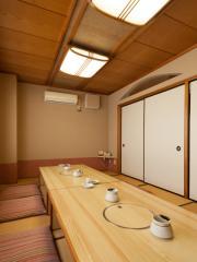 三階には24人、8人対応の個室をご用意|24名まで収容可能な個室と、8名まで収容可能な個室を三階にご用意。人...