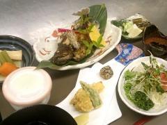 旬の焼き魚セット1,550円。サラダ 小鉢 煮物などが付く。