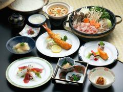 月替りの会席風季節セット|季節の味をコンパクトにまとめた料理は、小鉢からデザートまでの季節の全10品。...