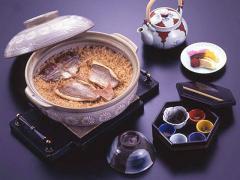 名物「鯛めし」|創業以来の伝統の味「関の名物」鯛めしは選りすぐりの極上北陸産 天然鯛を使用。お米は有...