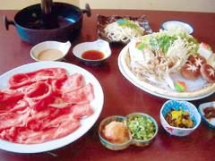 しゃぶしゃぶコース 本当においしい絶品の和牛で、コース内容は小鉢、牛ロース、野菜盛り、うどん、漬物、...