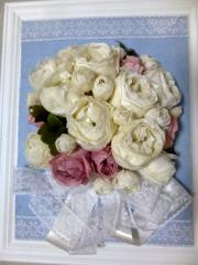 プリザーブドフラワーで彩られた額|大輪の白バラの加工も、時間をかけて丁寧に行い、きれいに仕上げてくれ...