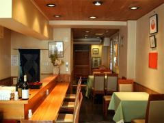 店内|カウンターとテーブル席を中心にしたカジュアルな雰囲気。店内奥には小上がりの座敷もあり。天然のす...