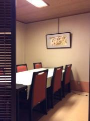 1階座敷部屋。つい立てで仕切り、すべて椅子席です。