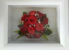 プロポーズで頂いたお花を残したいという依頼に、フレームに入れて保存加工。