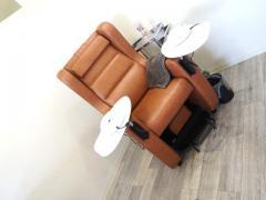 ネイルはソファでゆったり横になり、フットとハンドを同時に施術。