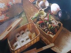 《お昼限定》 四季散策弁当1,800円。1日15食の限定ランチ。御飯、赤だし、茶碗蒸し、デザート。
