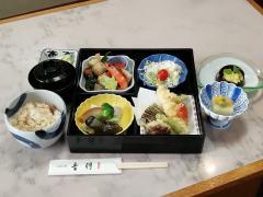 旨みをたっぷり湛えた月替りの料理が展開されるお弁当「月」1,650円。毎月訪れる常連客も多く、飽きのこない...