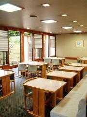 テーブル席のみで構成され、肩肘張らずに楽しいひと時を過ごせる客席。この雰囲気に加え価格設定も手伝い、...