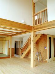リビングです。天井は2階までの吹き抜けです。床は桧(ひのき)、壁は腰が杉、その上はホタテパウダーを塗りこ...