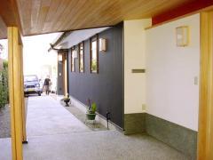 多治見市にある宗教施設です。設計は名古屋の「住工房」さん。写真は玄関から望んだアプローチです。外壁は...