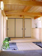 玄関ホールです。天井は松、壁は漆喰、床は桧です。築8年(2009年取材時)を経ますが、いまだに桧の香りが気持...