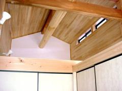 礼拝室です。天井は桧張り、地棟は地松の丸太を使用しました。