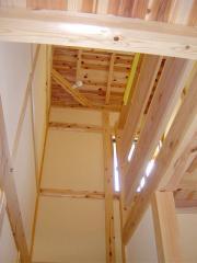 階段部の吹き抜けです。天井は屋根の野地板を二重とし、その間に断熱・通気層を設ける事で、化粧野地板(杉...