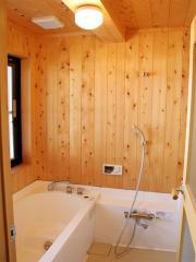 浴室はハーフユニットバスを使って、壁天井は「槇」を使いました。塗装はドイツの自然塗料「オスモカラー」...