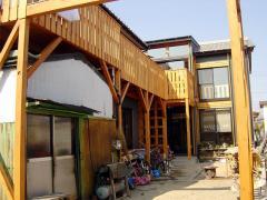 2階を取り巻くベランダタイプのウッドデッキです。名古屋の建築家「住工房」さんの設計です。狭い敷地の中...