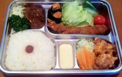 1,620円のお弁当|写真の内容は、ポークヒレカツ、チキン唐揚げ、エビフライ、チキン磯揚げ