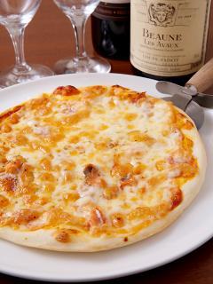 ピザは箱代込みの850円でお持ち帰りすることができる。22cmサイズのピザは、ピザチェーンのSサイズよりも大き...