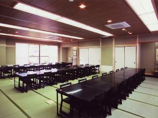 広間でのテーブル席は最大70名まで着席できる。最近では見慣れたスタイルだが、こちらではお客さんのニーズ...