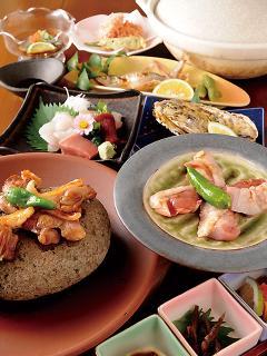 宴会コースにももちろんコーチン料理|コース料理の一例。おまかせの宴会メニューは3,240円~。料理も酒もた...