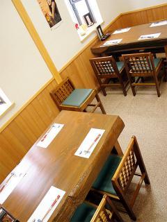 テーブル席とカウンターは完全バリアフリー対応で、足の悪い人でも気軽に利用できる。テーブル席は6人がけ...