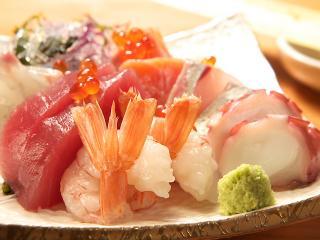 お刺身盛り合わせの一例。仕入れと質の良さにとことんこだわる魚介類は鮮度抜群。「本当においしいものを、...