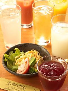ソフトドリンクもアイス、ホット共に豊富に揃う。ウーロン茶やコーラ、ジュースだけでなく、ゆずはちみつや...