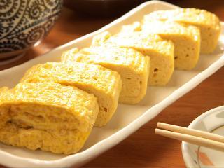 常連さんに人気の「たまご焼き」460円は、一般的な玉子焼きと出し巻きの中間くらいのバランス。ダシの風味を...