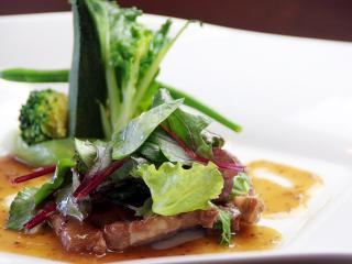 イベリコ豚のポワレ 粒マスタードソース。センスと技術が光るこだわりの料理は、リーズナブルでありながら...