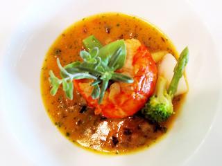 魚料理一例。カナダ産オマール海老のブイヤベース仕立て。ひとつひとつの素材をしっかりと吟味し、丁寧な仕...
