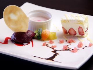 フルーツなど季節ごとの素材を使ったデザートは、盛り付けもそれぞれの季節をイメージしたかわいらしいもの...
