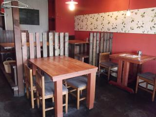 赤を基調とした落ち着いた雰囲気と木の温もりが心地いい店内。カフェのような居心地のよさと食堂のような親...