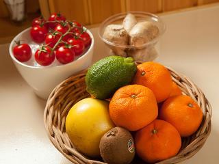 注文を受けてから作るから、美味しくてヘルシー|カウンターに並ぶ果物や野菜から好きなものを選び、絞りた...
