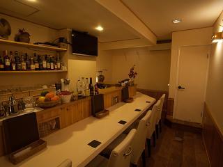 白を基調にしたナチュラルな空間|1階はカウンター7席。流木を使ったハンガーや暗すぎない照明で、ほっと和...