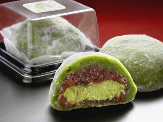 抹茶ムース大福…230円|抹茶を練りこんだムースを、あずきの粒あんで包み 抹茶を練りこんだ柔らかいお餅で...
