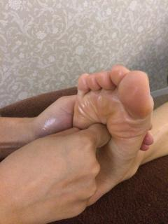 足のつぼを知り尽くしたスタッフが、力強くつぼを刺激。身体がポカポカしてくる。