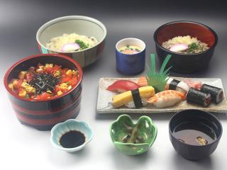 お好みでお寿司も麺類もチョイスできる寿司ランチ|「ちらし寿司うどん」といった具合に、ちらし寿司または...