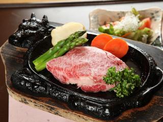 お料理家まごろく_ヒレとサーロインから選べるステーキがダイナミック