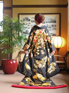 奥ゆかしくも凛と際立つ伝統的な装い|名匠が染め上げた本手描友禅の打ち掛けは、25もの工程と700日以上の時...