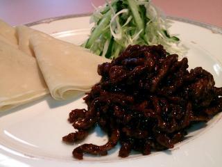 お子さまがいるご家族からも人気の高い「牛肉の味噌炒め(クレープ5枚)」。甜麺醤で甘辛く痛めた牛肉が、...